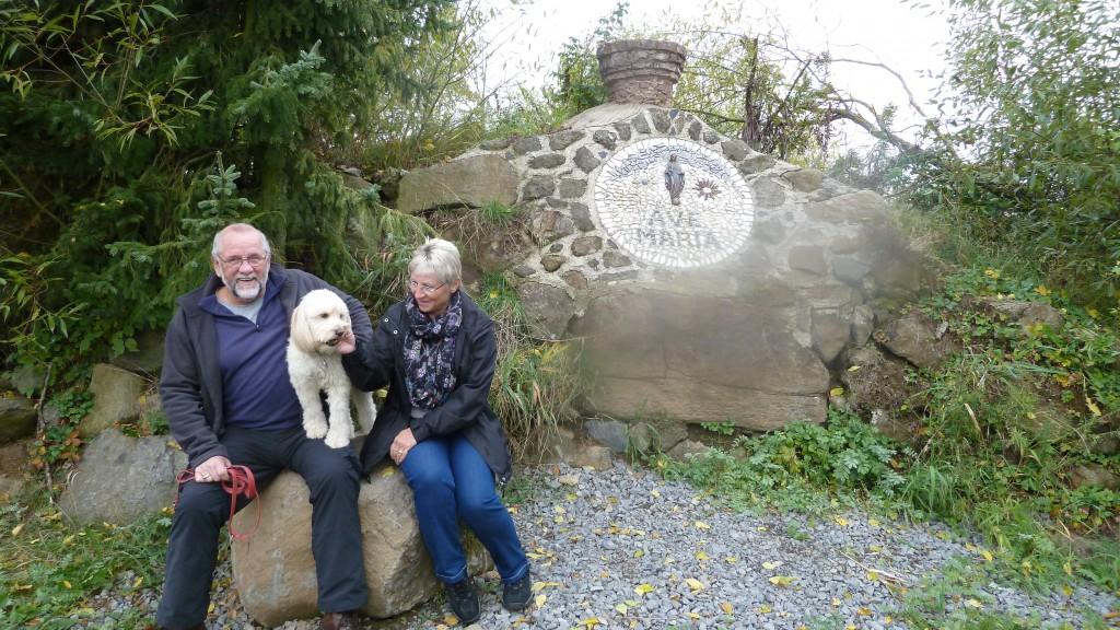 """""""Bonny"""" (Schifamhund) bei der """"AVE MARIA"""" Gedenkstätte. Unser Gebet: """"Liebe Mutter Gottes, bitte beschütze diesen Hund und die Familie in der er lebt."""